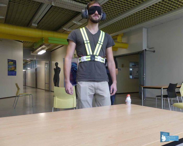 Ein Besucher testet die Vibrationsweste erfolgreich