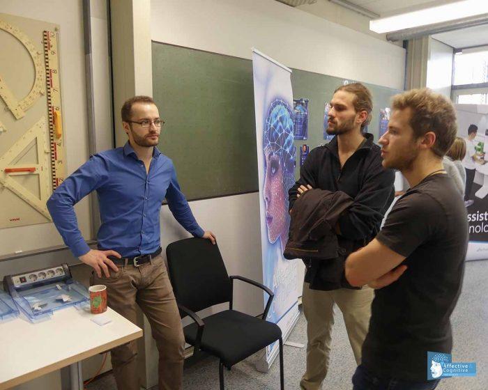 Drei Personen unterhalten sich über das KoBeLu Projekt