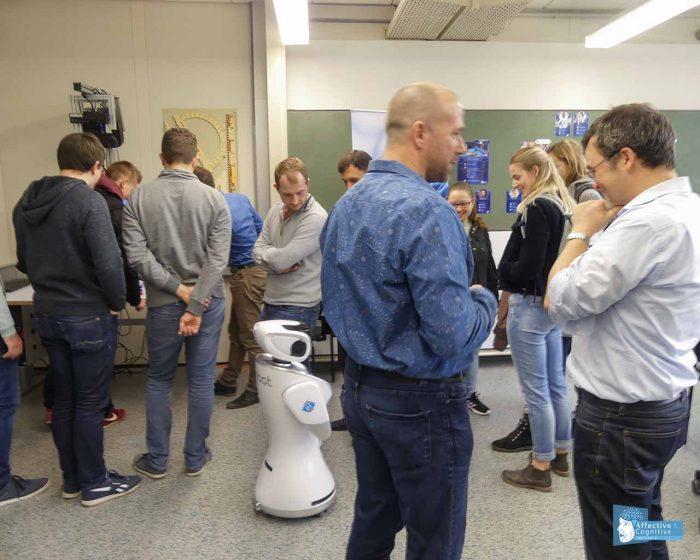 Der kleine Sanbot fährt im ACI Lab an den Besuchern vorbei