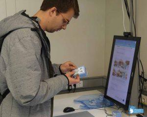 Ein Student bastelt ein ACI Maskottchen mit der Hilfe des KoBeLu Systems